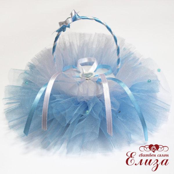 Сватбена кошничка за пръстени в бяло и светло синьо